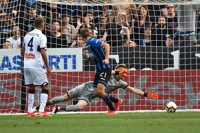 L'Atalanta batte il Genoa e sente profumo di Champions, il Milan non molla