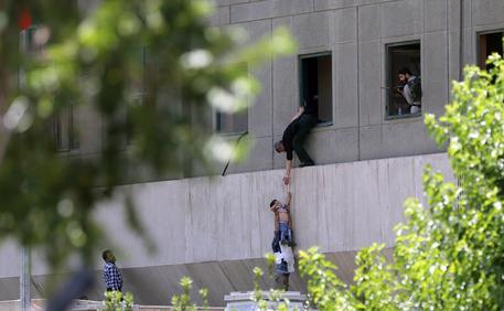 Iran, doppio attacco terroristico a Parlamento e mausoleo Khomeini: almeno 10 morti