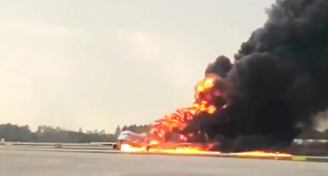 Atterraggio d'emergenza di un aereo dell'Aeroflot a Mosca: almeno 41 morti