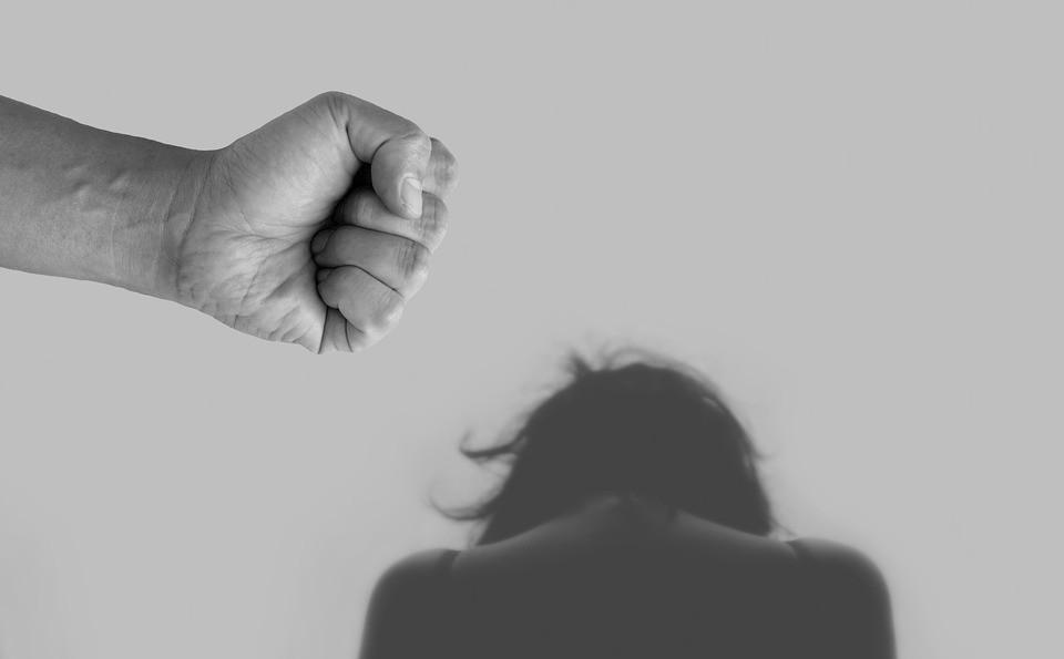 Calci e pugni al volto all'ex fidanzata: 23enne arrestato a Noto