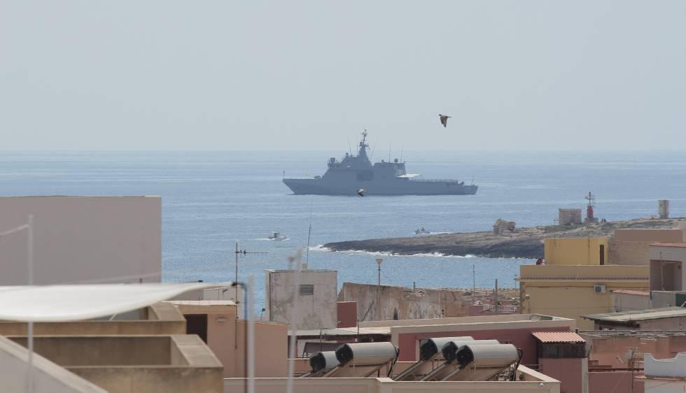 Nave spagnola nel porto di Pozzallo per trasferire i migranti in Europa