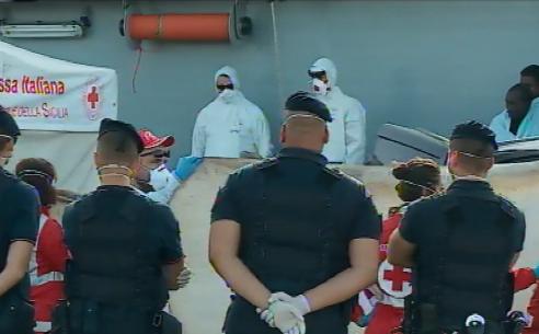 Migranti, riprendono gli sbarchi in Sicilia: 552 profughi ad Augusta e pure tre cadaveri