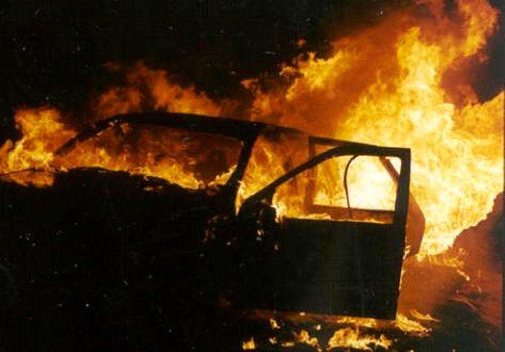 Catania, incendia l'auto dell'amante della moglie: denunciato a piede libero