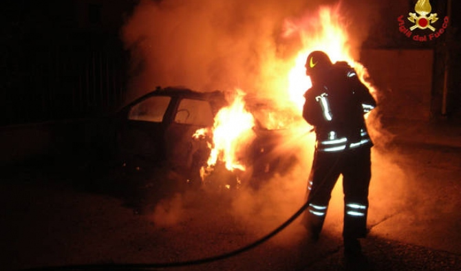 Due auto in fiamme a Siracusa in via Italia: da accertare la causa dei roghi