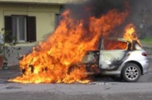 Tornano gli incendi a Siracusa, bruciata l'auto di una casalinga