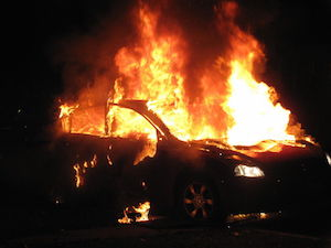 Siracusa, auto in fiamme in via Bignami: indagini in corso