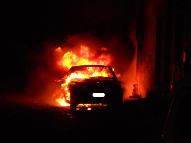 Nel Messinese appiccato il fuoco all'auto di una giornalista