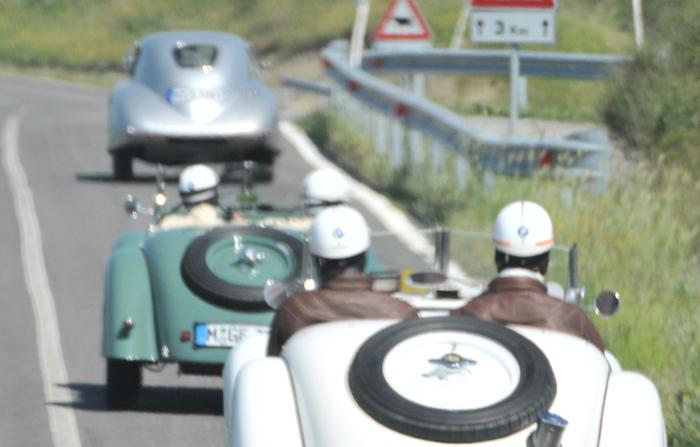 Auto perde ruota, motociclista grave a Milano