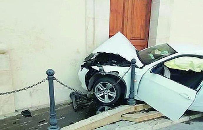 Auto fuori controllo a Vittoria si schianta contro il portone di una chiesa