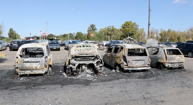 Taranto, incendiate 8 auto nella notte nel piazzale della ArcelorMittal