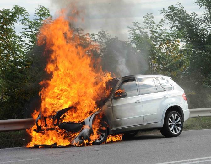 Lentini, auto contro un camion: muore carbonizzato nella vettura