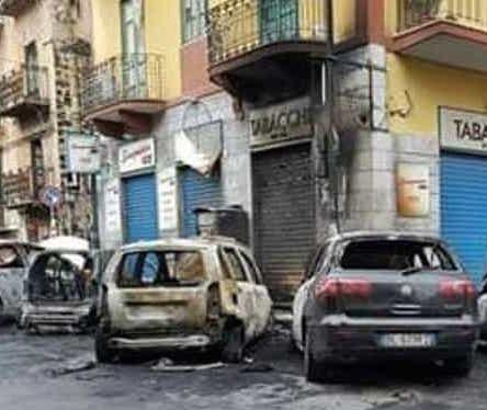 Un incendio danneggia 5 auto a Palermo, indaga polizia