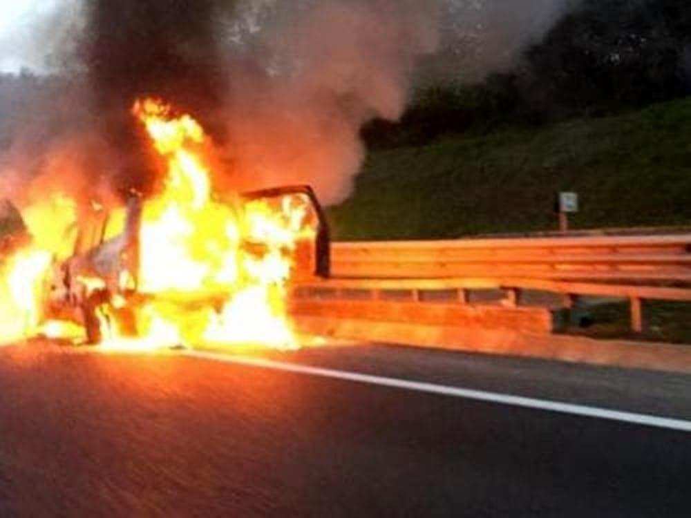 Catania, auto alimentata a gpl in fiamme allo svincolo di San Gregorio