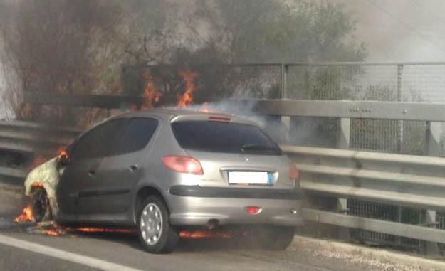 Paura sulla Siracusa - Catania, Peugeot in fiamme vicino Belvedere