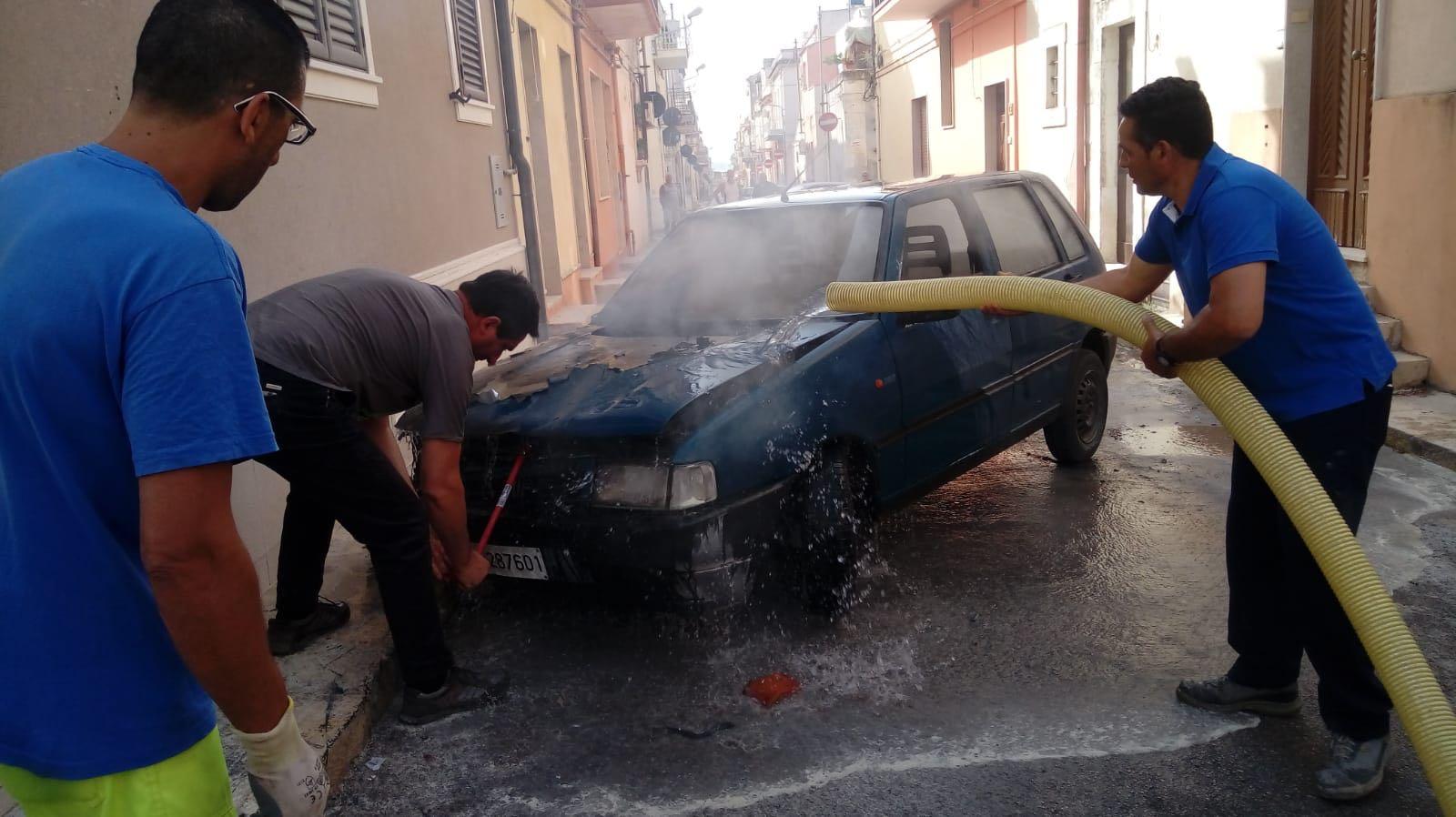 Rosolini, mette in moto l'auto e il veicolo prende  fuoco
