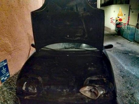 Intimidazioni a Catanzaro, in fiamme l'auto di un ex assessore
