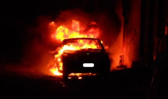 Ancora un'auto in fiamme a Siracusa, indaga la polizia