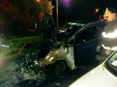 Auto in fiamme a Lamezia Terme, indaga la polizia di Stato