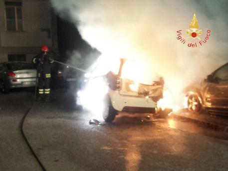 """""""Intimidazioni"""" a Catanzaro, in fiamme tre automobili nel quartiere Gagliano"""