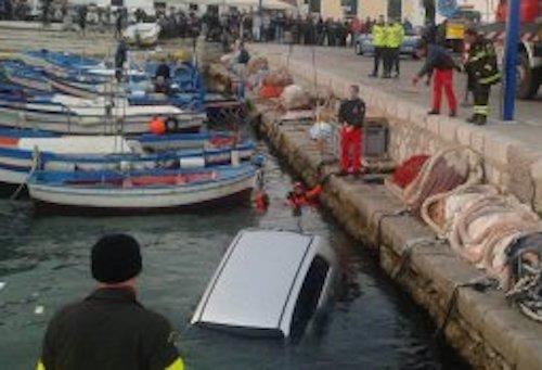 Palermo, dimentica il freno a mano e l'auto finisce in mare a Mondello