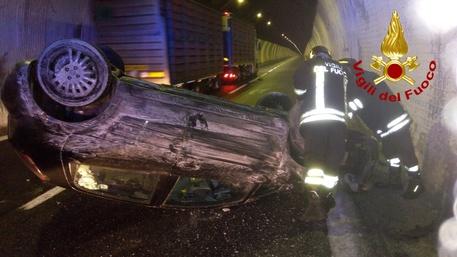 Incidente sotto una galleria sulla Napoli-Canosa, auto si ribalta