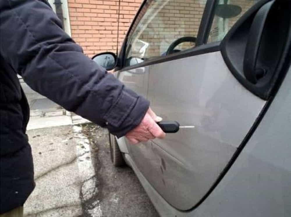 Le sfregia l'auto dopo una lite per il posto auto: denunciata a Noto