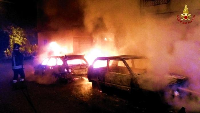 Piromani in azione a Vibo Valentia: in una notte in fiamme nove auto