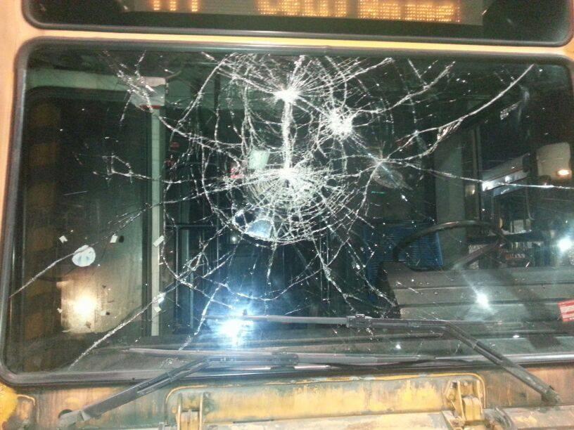 Minaccia l'autista del bus e lancia sassi, arrestato a Palermo