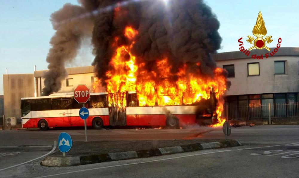 Autobus dell'Amt di Catania prende fuoco vicino a Centro commerciale