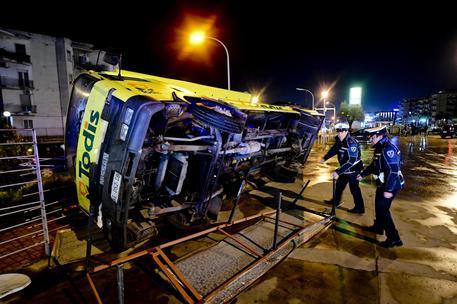 Tornado a Caserta solleva autobus e roulotte, anche otto feriti