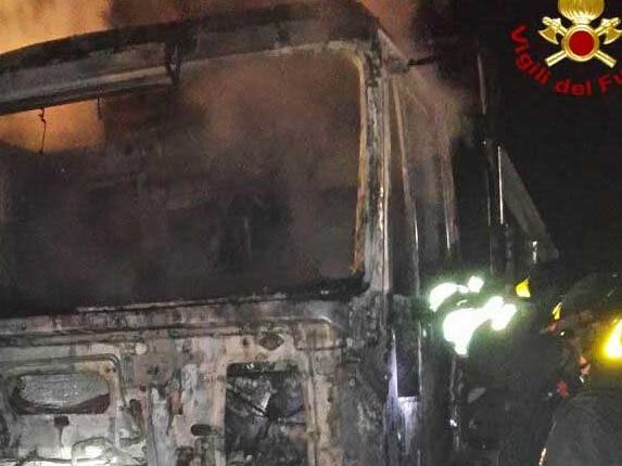 Siracusa, un autocarro di un'azienda edile va in fiamme