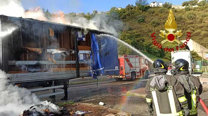 Cosenza, autocarro in fiamme sull'A2: illeso conducente