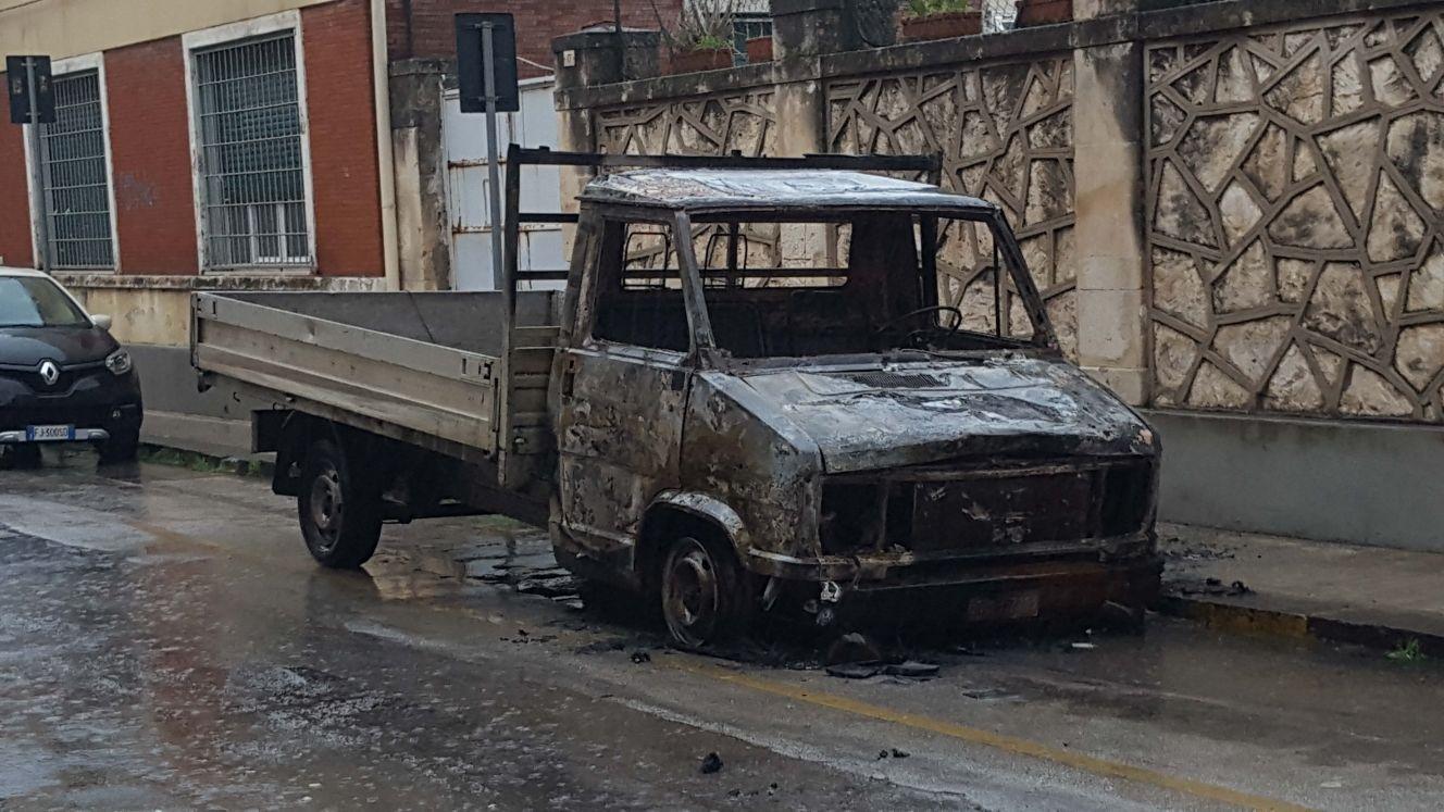 """""""Avvertimento"""" con il fuoco a Floridia: incendiato autocarro Iveco"""