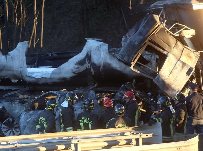 Si incendia autocisterna tra Brescia e Manerbio: 6 morti, 2 sono bambini