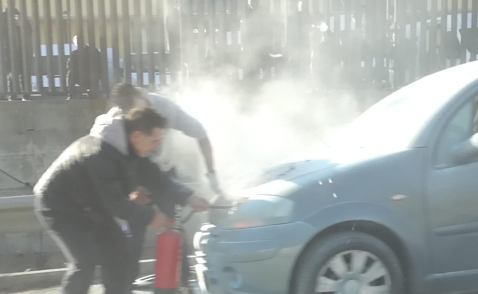 Siracusa, auto prende fuoco in contrada spalla con il conducente a bordo