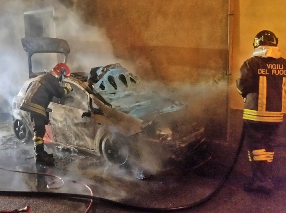 Auto in fiamme in via Mosco a Siracusa, indaga la polizia di Stato