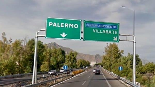 Con la moto finisce fuori strada sulla Palermo - Catania: resta ferito