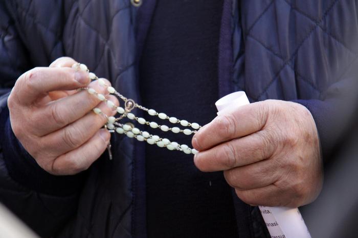Sms con avances a uomini sposati: prete rimosso da Diocesi Avellino