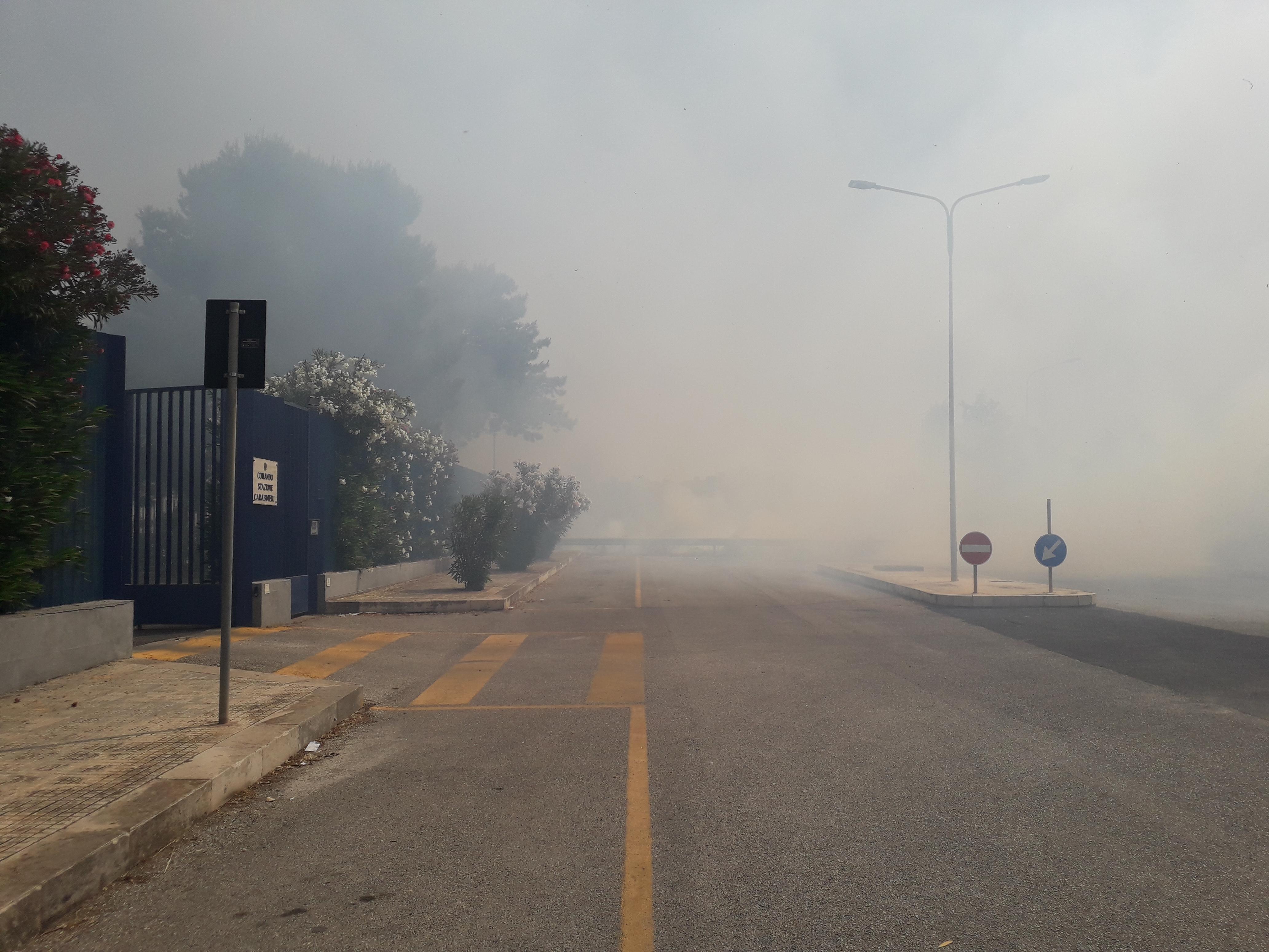 Inferno di fuoco ad Avola, le fiamme minacciano la caserma e due scuole