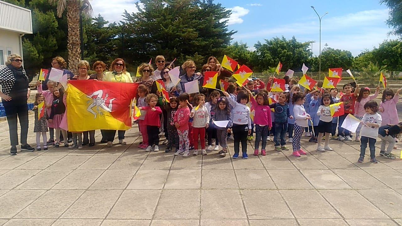 Gli alunni della De Amicis di Avola festeggiano l'Autonomia siciliana
