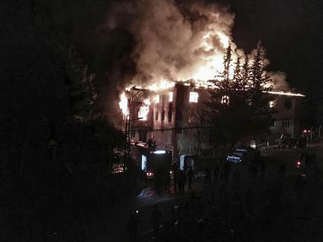 Turchia, incendio nel dormitorio studentesco: 12 morti