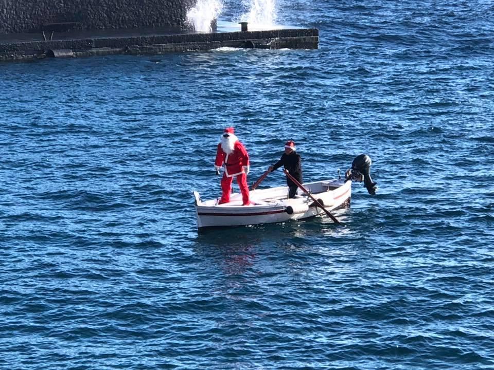 Babbo Natale a Lipari arriva dal mare  con una barca a remi