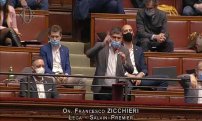 Bagarre alla Camera sul Dl covid, deputati Lega e Fdi si tolgono le mascherine