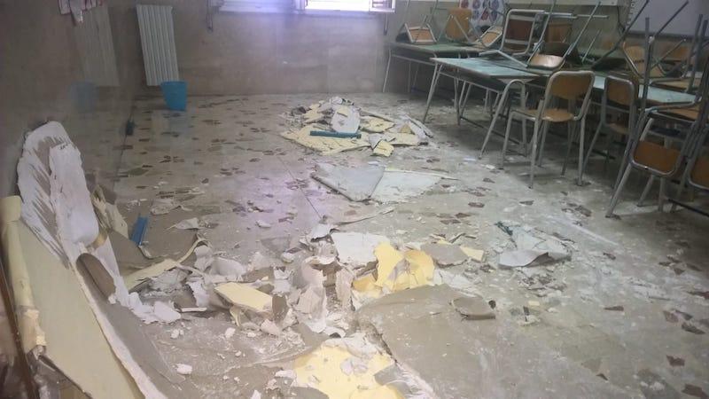 Crolla parte di un sottotetto in una scuola di Bagheria