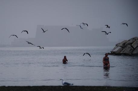 Maltempo, Napoli avvolta dalla nebbia: ma c'è chi si fa il bagno