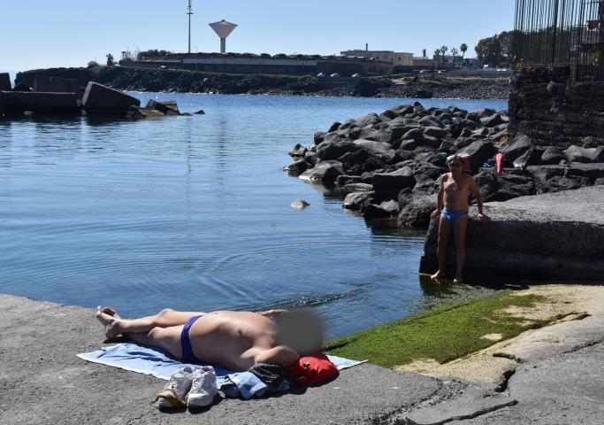 Il coronavirus non ferma i bagnanti, in costume al mare a Catania
