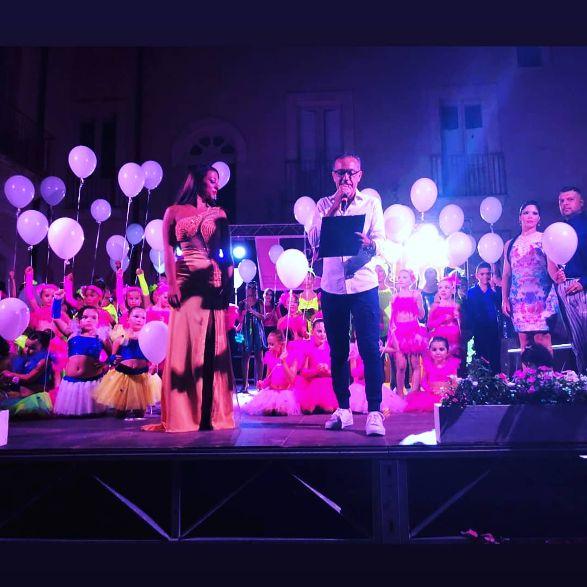 Cinquanta aspiranti ballerini si esibiscono nell'antico Cortile di Avola
