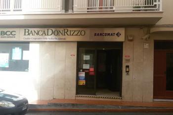 Rapina alla Don Rizzo di Montelepre: due banditi armati in fuga