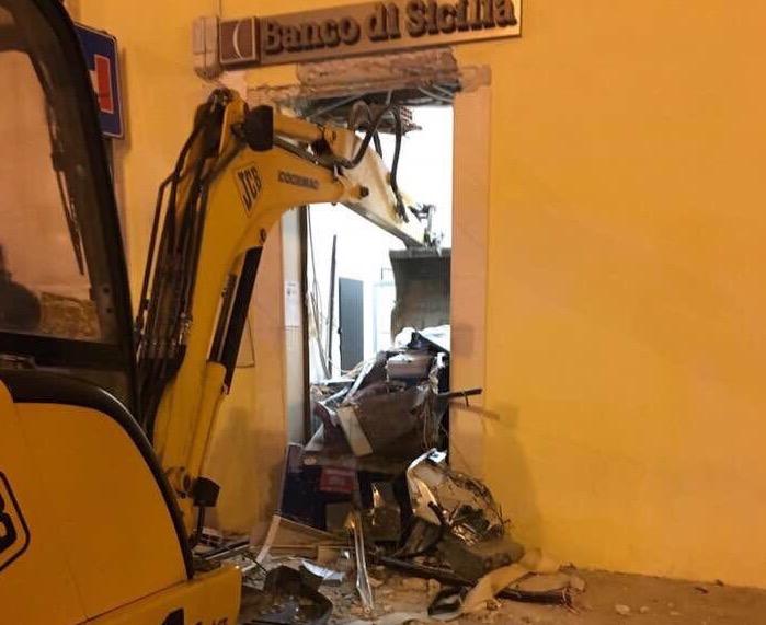 Rosolini, utilizzano una ruspa per entrare all'Unicredit: colpo fallito