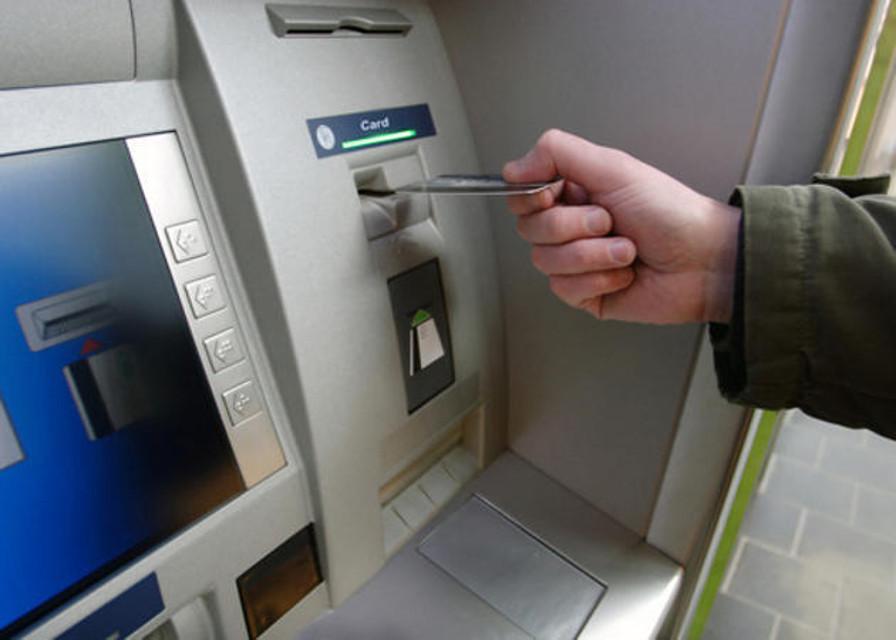Modica, entra in banca per prelevare al bancomat ma resta bloccato: lo salvano i vigili urbani
